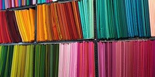 Selección de telas coloridas para la venta imágenes de archivo libres de regalías