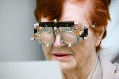 Selección de vidrios una mujer mayor imagenes de archivo