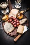 Selección fina del queso con la salsa del vino, de mostaza de la miel y la uva Fotografía de archivo libre de regalías