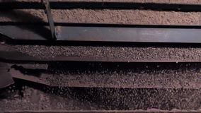 Selección y machacamiento de los escombros y de la piedra machacados Máquina automática en el proceso de trabajos de piedra macha almacen de video