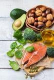 Selección de comida gorda sana de las fuentes, concepto de la vida Fotos de archivo
