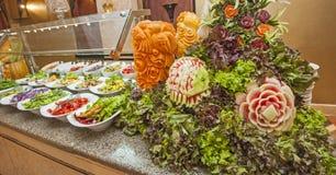 Selección de la ensalada en la comida fría del hotel Imagen de archivo