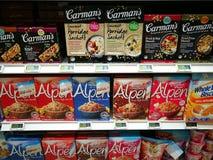 Selección de los cereales y del museli de las comidas sanas en supermercado gastrónomo Imagenes de archivo