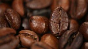 Seleccione los granos de café asados oscuridad, el sabor rico y el gusto del café express en café almacen de metraje de vídeo