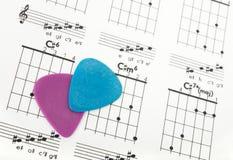 Selecciones de la guitarra en una carta de los acordes Fotos de archivo