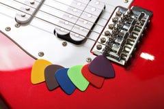 Selecciones multicoloras en una guitarra eléctrica Fotografía de archivo