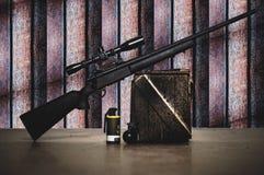 Selecione a miniatura do brinquedo da arma do atirador furtivo do foco para a figura assoalho e fundos de madeira Foto de Stock Royalty Free