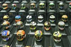 Selected fokuserade av miniatyrmodellen av MotoGP ryttarehjälmar som ordnades på tabellen royaltyfria bilder