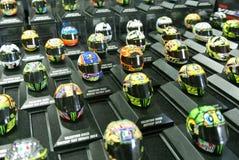 Selected fokuserade av miniatyrmodellen av MotoGP ryttarehj?lmar som ordnades p? tabellen royaltyfria bilder