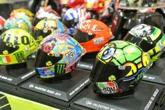Selected fokuserade av miniatyrmodellen av MotoGP ryttarehj?lmar som ordnades p? tabellen royaltyfria foton