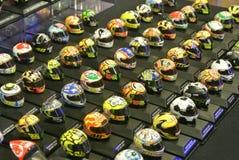 Selected fokuserade av miniatyrmodellen av MotoGP ryttarehj?lmar som ordnades p? tabellen royaltyfri fotografi