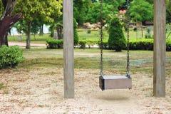 Selecteer nadruk, Lege houten schommeling in speelplaats Stock Foto's
