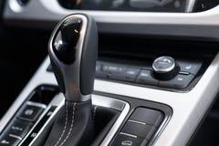 Selecteurs automatische transmissie met geperforeerd leer binnen een moderne dure auto stock afbeelding