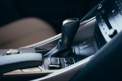 Selecteurs automatische transmissie met geperforeerd leer binnen een moderne dure auto De achtergrond is vaag royalty-vrije stock afbeelding