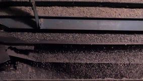 Selectie en het verpletteren van verpletterde puin en steen Automatische machine bij de verwerking van de verpletterde steenwerke stock video