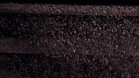 Selectie en het verpletteren van verpletterde puin en steen Close-up van scheiding van verpletterde steen op automatische machine stock footage