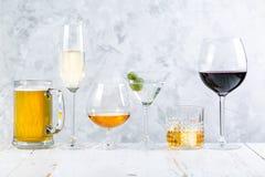 Selectie van alcoholische dranken - bier, wijn, martini, champagne, cogniac, whisky stock foto's