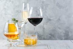 Selectie van alcoholische dranken - bier, wijn, martini, champagne, cogniac, whisky royalty-vrije stock afbeeldingen