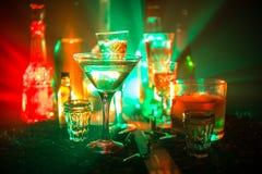 Selectie van alcoholische dranken op rustieke houten achtergrond Creatieve kunstwerkdecoratie royalty-vrije stock foto