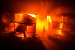 Selectie van alcoholische dranken op rustieke houten achtergrond Creatieve kunstwerkdecoratie stock fotografie