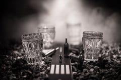 Selectie van alcoholische dranken op rustieke houten achtergrond Creatieve kunstwerkdecoratie royalty-vrije stock afbeelding