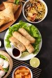 Selectie van Aziatische maaltijd met de lentebroodje stock afbeelding