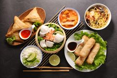 Selectie van Aziatische maaltijd met de lentebroodje stock fotografie
