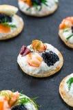 Selectie van cocktailblinis - gastronomisch partijvoedsel stock afbeelding