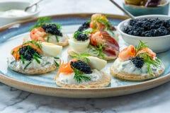 Selectie van cocktailblinis - gastronomisch partijvoedsel stock foto's