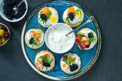 Selectie van cocktailblinis - gastronomisch partijvoedsel royalty-vrije stock afbeeldingen