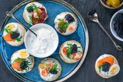 Selectie van cocktailblinis - gastronomisch partijvoedsel stock foto