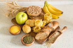Selectie van de bronnen van comptexkoolhydraten over houten achtergrond Stock Fotografie