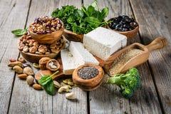 Selectie van de proteïnebronnen van de veganistinstallatie - tofu, quinoa, spinazie, broccoli, chia, noten en zaden stock foto