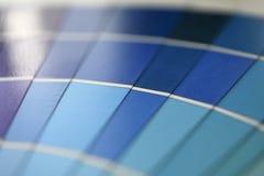 Selectie van de steekproeven de blauwe schaduwen van de testdruk stock foto