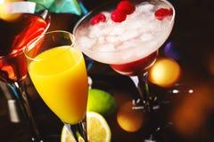 Selectie van de zomercocktails Koude verfrissende alcoholische dranken en dranken: mimosa, kosmopolitisch, framboos Margarita en  stock afbeeldingen