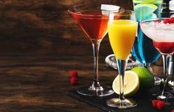 Selectie van de zomercocktails Koude verfrissende alcoholische dranken en dranken: mimosa, kosmopolitisch, framboos Margarita en  stock afbeelding