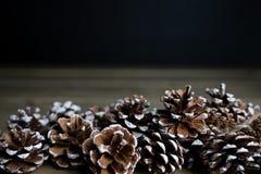 Selectie van denneappels op een houten lijst stock afbeelding