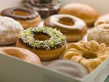 Selectie van Doughnuts in een Dienblad Stock Foto's
