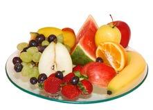Selectie van fruit op plaat met geïsoleerder achtergrond royalty-vrije stock afbeelding