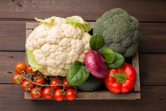 Selectie van gezond voedsel voor hart, het levensconcept Groenten in houten doos Hoogste mening stock foto