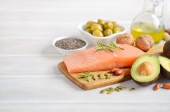 Selectie van gezonde onverzadigde vetten, Omega 3 - vissen, avocado, olijven, noten en zaden stock afbeeldingen