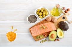Selectie van gezonde onverzadigde vetten, Omega 3 - vissen, avocado, olijven, noten en zaden royalty-vrije stock foto
