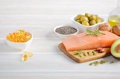 Selectie van gezonde onverzadigde vetten, Omega 3 - vissen, avocado, olijven, noten en zaden royalty-vrije stock afbeeldingen