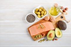 Selectie van gezonde onverzadigde vetten, Omega 3 - vissen, avocado, olijven, noten en zaden stock foto