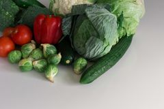 Selectie van groenten op een witte oppervlakte stock foto