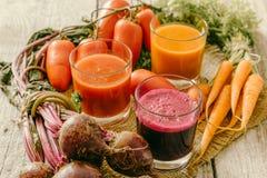 Selectie van groentesappen in glazen en ingrediënten Stock Fotografie