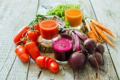 Selectie van groentesappen in glazen en ingrediënten Stock Afbeeldingen