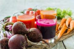Selectie van groentesappen in glazen en ingrediënten Stock Foto