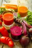 Selectie van groentesappen in glazen en ingrediënten Royalty-vrije Stock Afbeelding