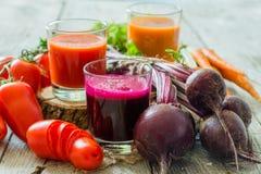 Selectie van groentesappen in glazen en ingrediënten Royalty-vrije Stock Foto's